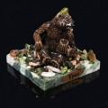 """Композиция из змеевика """"медведь с пивом"""" 75х75х70мм, 340г, галтовка -яшма, мрамор, змеевик, фигурка - гипс"""