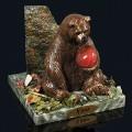 """Композиция из змеевика """"медведь с камнем сидит"""" 100х100х95мм, 740г, галтовка -яшма, мрамор, змеевик, фигурка - гипс"""