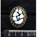 Брошь из ларимара (кабошон-мозаика), овал 25х18мм, оправа с узором цвет бронза